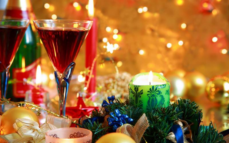 Новогодние украшения на стол. Новогодние обои на рабочий стол