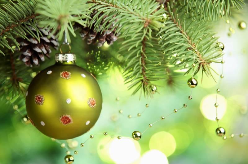 Зелёный новогодний шарик на елке. Новогодние обои на рабочий стол