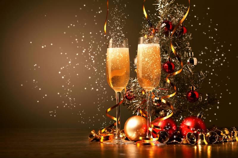 Бокалы шампанского на новый год. Новогодние обои на рабочий стол