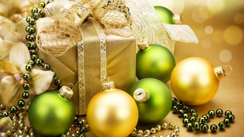 Обои Новогодние шары и подарок