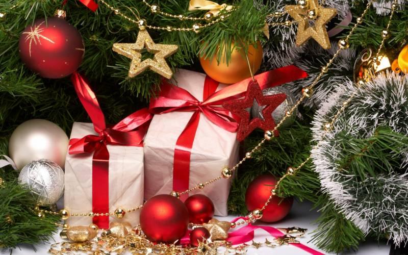 Подарки и украшения на Новый год. Новогодние обои на рабочий стол