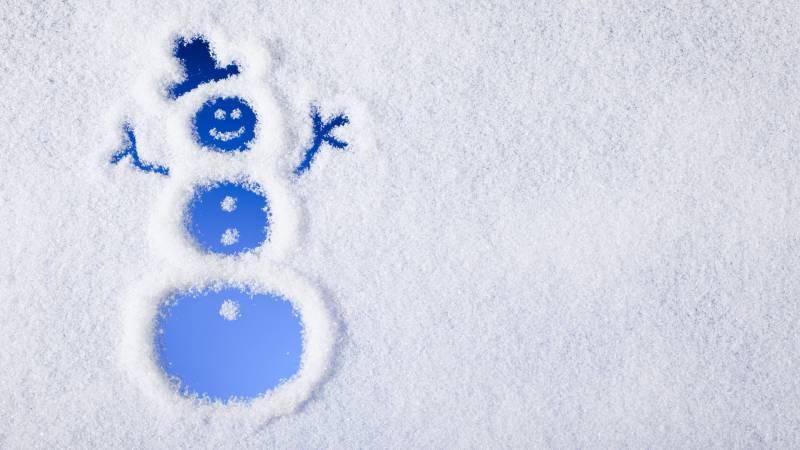 Снеговик из снега. Новогодние обои на рабочий стол