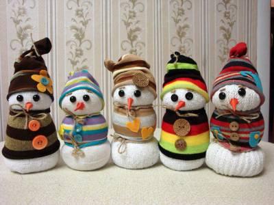 Снеговики из носков украшение на новый год